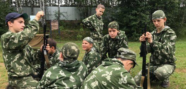 Rușii își trimit copiii în tabere de vară unde simulează condiții de război