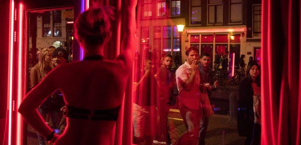 Amsterdam vrea să elimine prostituția din Cartierul Roșu