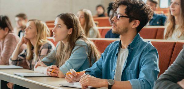 Studenții cer reducerea taxei de școlarizare