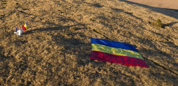 Moment emoționant de Ziua Națională: un jandarm a cântat imnul României la pian, la 1700 metri altitudine
